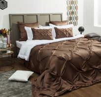 Коричневая спальня с белой мебелью