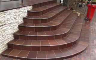 Укладка плитки на лестнице на улице