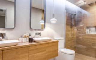 Плитка под дерево в ванной на стены